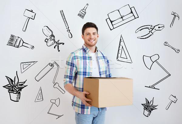 Sonriendo joven caja de cartón casa movimiento viviendas Foto stock © dolgachov