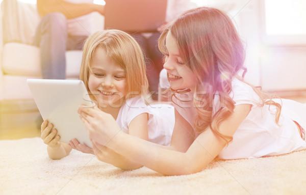 Boldog kislányok táblagép számítógép otthon emberek Stock fotó © dolgachov