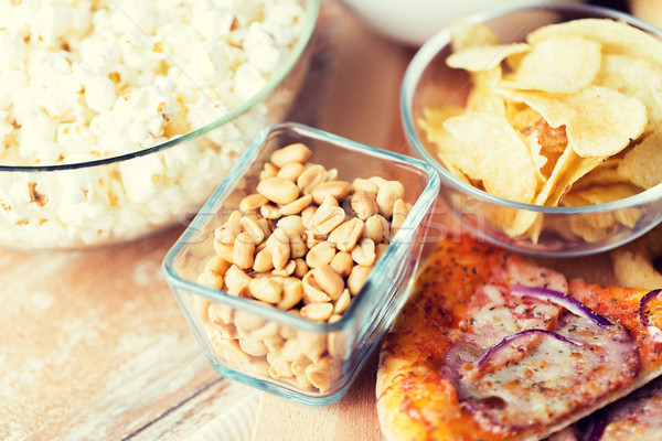 Foto stock: Fast-food · lanches · mesa · de · madeira · insalubre · comer · amendoins