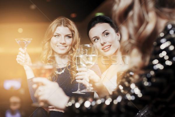 Felice donne bevande night club celebrazione amici Foto d'archivio © dolgachov