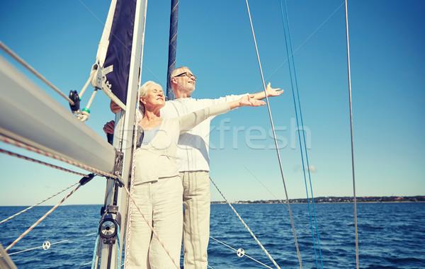 Idős pár élvezi szabadság vitorla csónak tenger Stock fotó © dolgachov
