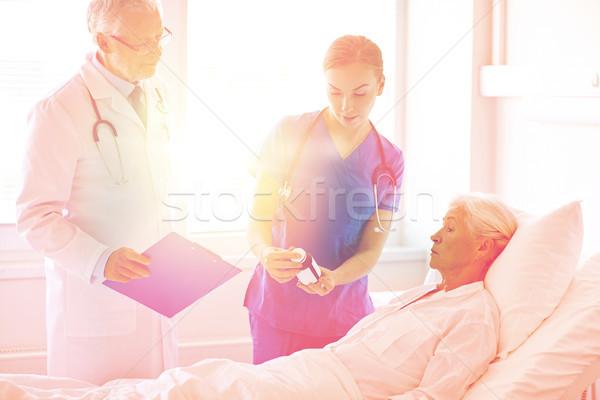 ストックフォト: 医師 · 薬 · シニア · 女性 · 病院 · 年齢