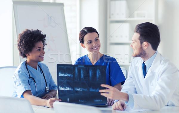 Grup mutlu doktorlar xray görüntü Stok fotoğraf © dolgachov