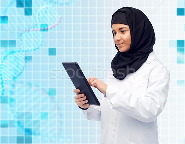 Muslim femminile medico hijab medicina Foto d'archivio © dolgachov