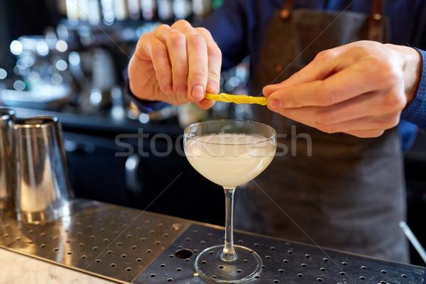 Garçom vidro coquetel limão bar álcool Foto stock © dolgachov