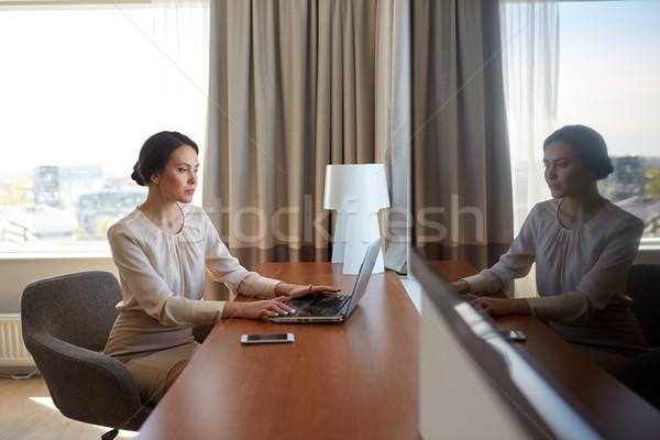 Empresária datilografia laptop quarto de hotel pessoas de negócios tecnologia Foto stock © dolgachov