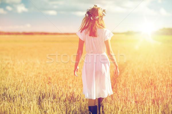 Boldog fiatal nő virág koszorú gabonapehely mező Stock fotó © dolgachov