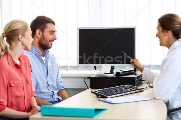 Paar arts wijzend computer kliniek geneeskunde Stockfoto © dolgachov