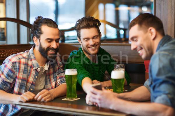 Arkadaşlar içme yeşil bira birahane Stok fotoğraf © dolgachov