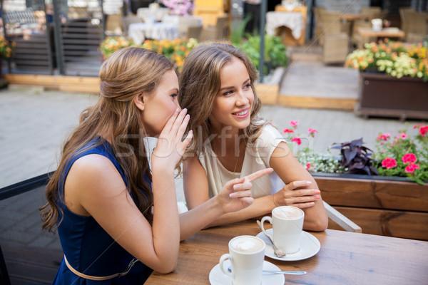Stock fotó: Mosolyog · fiatal · nők · iszik · kávé · pletykál · kommunikáció