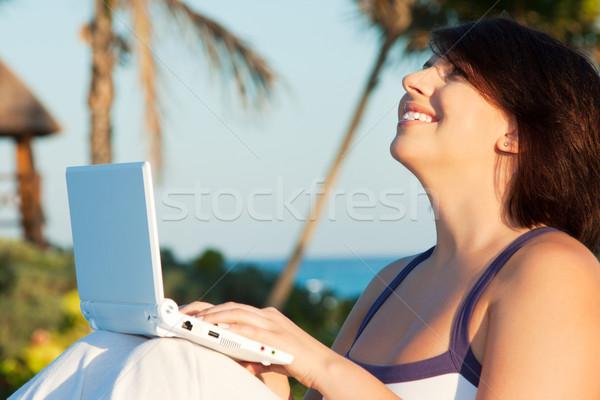 Kobieta laptop wieczór świetle zdjęcie tropikalnych Zdjęcia stock © dolgachov