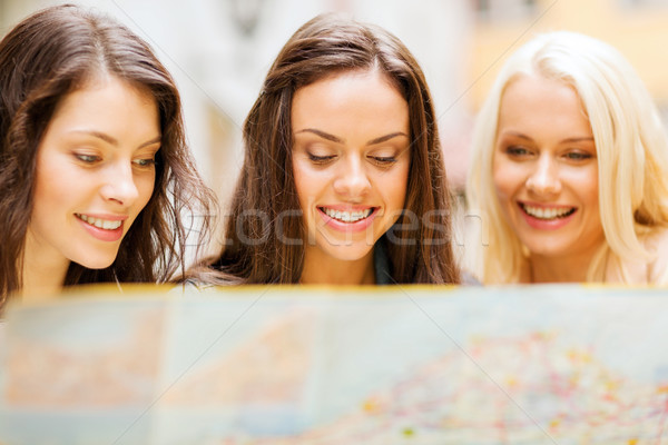 Mooie meisjes naar toeristische kaart stad Stockfoto © dolgachov