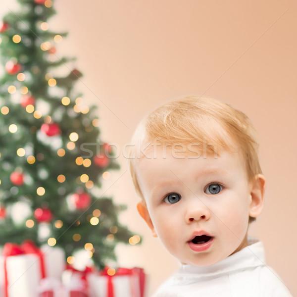 Foto stock: Feliz · pequeno · menino · árvore · de · natal · presentes · inverno