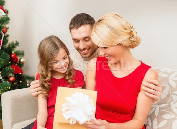 ストックフォト: 幸せな家族 · 開設 · ギフトボックス · 家族 · クリスマス · クリスマス