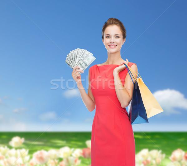 Femme souriante robe rouge Shopping vente cadeaux Photo stock © dolgachov