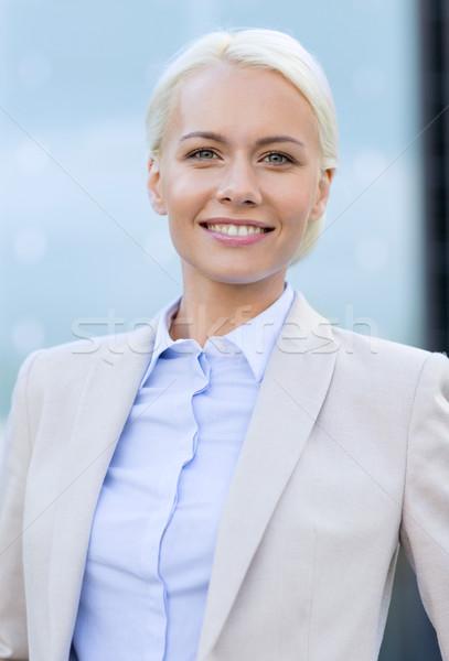 Fiatal mosolyog üzletasszony irodaház üzletemberek oktatás Stock fotó © dolgachov