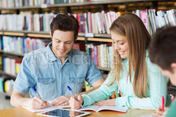 Stok fotoğraf: Mutlu · Öğrenciler · yazı · kütüphane · insanlar
