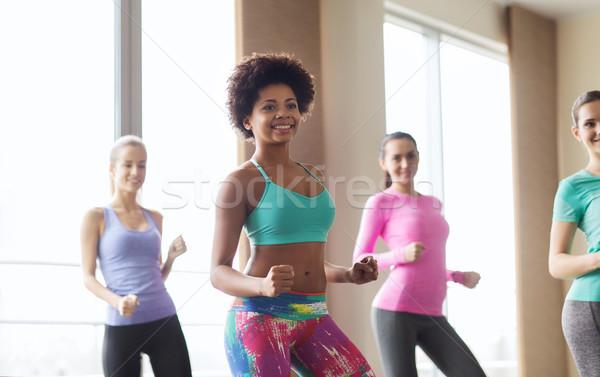 Grupy uśmiechnięty ludzi taniec siłowni studio Zdjęcia stock © dolgachov