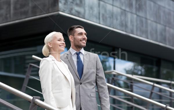 Glimlachend zakenlieden permanente kantoorgebouw business Stockfoto © dolgachov