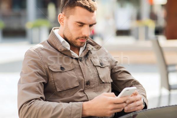 Homme smartphone rue de la ville café personnes technologie Photo stock © dolgachov