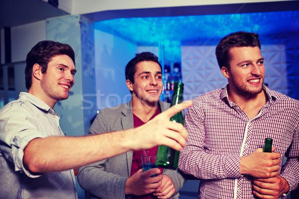 Csoport férfi barátok sör éjszakai klub éjszakai élet Stock fotó © dolgachov