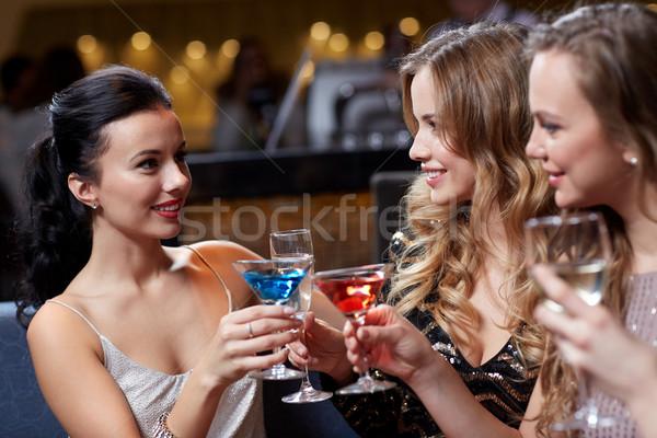 Mutlu kadın içecekler gece klübü kutlama arkadaşlar Stok fotoğraf © dolgachov
