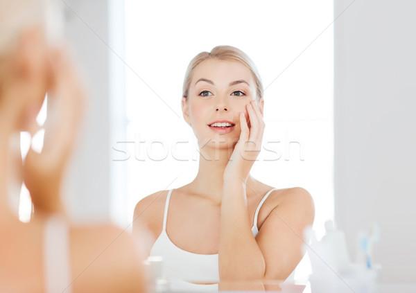 ストックフォト: 幸せ · 若い女性 · 見える · ミラー · バス · 美