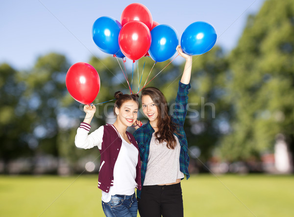 Boldog tinilányok hélium léggömbök emberek barátok Stock fotó © dolgachov