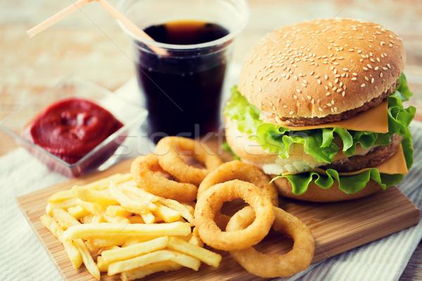 Foto stock: De · comida · rápida · aperitivos · beber · mesa · una · alimentación · poco · saludable