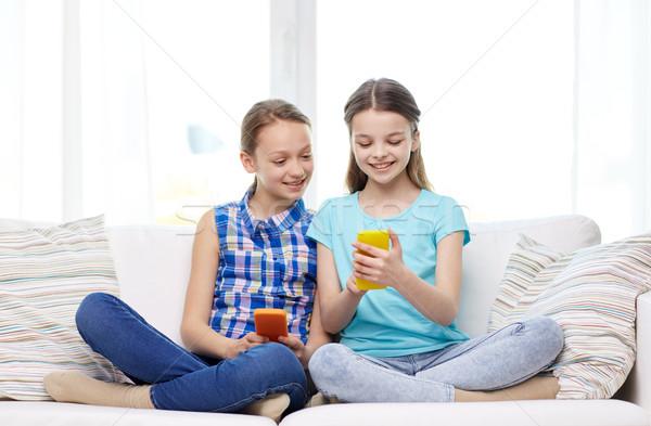 ストックフォト: 幸せ · 女の子 · スマートフォン · 座って · ソファ · 人