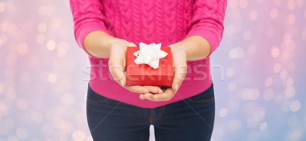 Mulher rosa suéter caixa de presente Foto stock © dolgachov