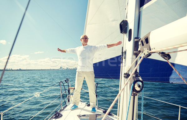 Starszy człowiek żagiel łodzi jacht żeglarstwo Zdjęcia stock © dolgachov