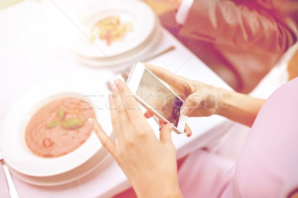 Casal smartphones restaurante pessoas lazer Foto stock © dolgachov