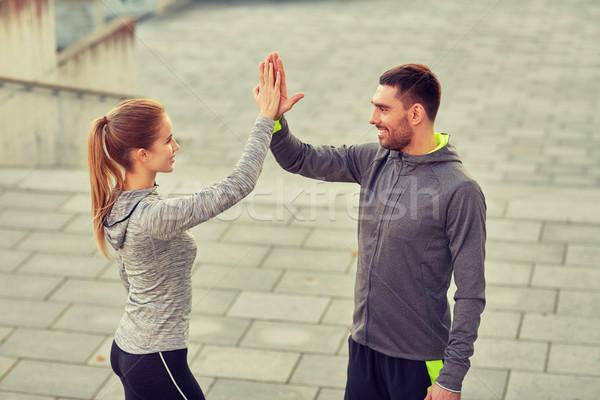 Heureux couple high five extérieur fitness sport Photo stock © dolgachov