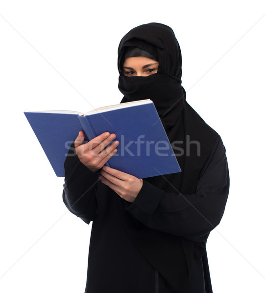 Müslüman kadın başörtüsü okuma kitap beyaz Stok fotoğraf © dolgachov