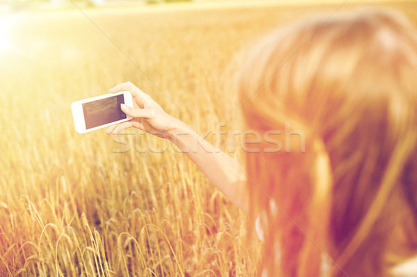 Dziewczyna smartphone zbóż dziedzinie charakter Zdjęcia stock © dolgachov