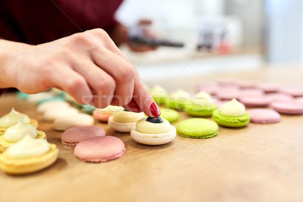 Szakács macaronok kagylók sütemény bolt főzés Stock fotó © dolgachov