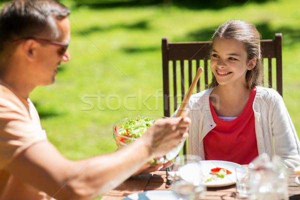 Happy girl ojciec jedzenie lata ogród wypoczynku Zdjęcia stock © dolgachov