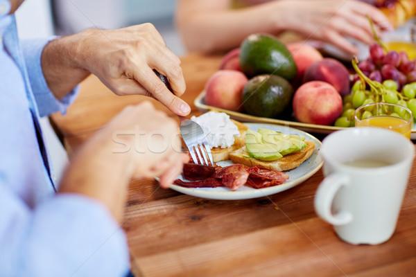 Man vork eten spek tabel vol Stockfoto © dolgachov