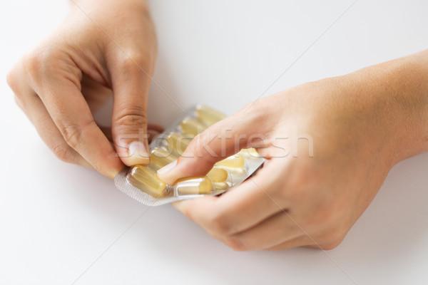 Kobieta ręce otwarcie opakowanie muzyka kapsułki Zdjęcia stock © dolgachov