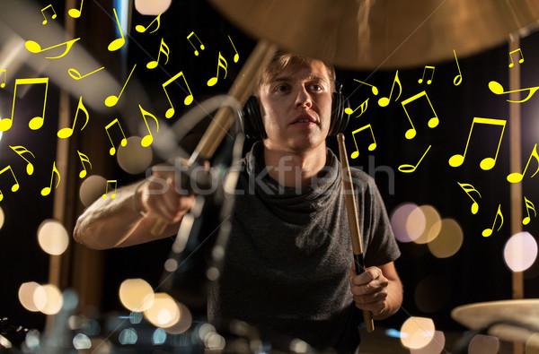 Músico fones de ouvido jogar tambor concerto Foto stock © dolgachov