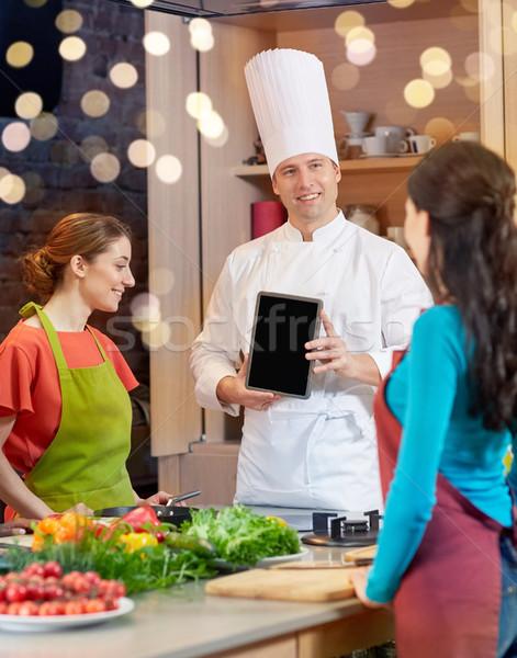 Szczęśliwy kobiet kucharz kuchnia gotowania Zdjęcia stock © dolgachov