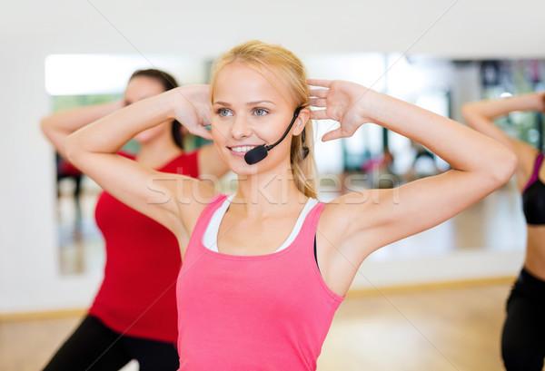 Csoport mosolyog emberek testmozgás tornaterem fitnessz Stock fotó © dolgachov