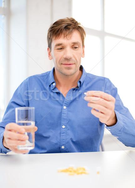 Man home tonen pillen gezondheid gezondheidszorg Stockfoto © dolgachov