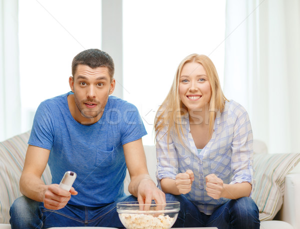 Glimlachend paar popcorn juichen sportteam voedsel Stockfoto © dolgachov