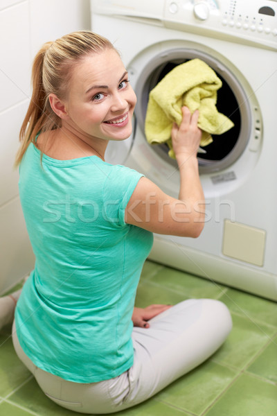 Feliz mulher lavanderia máquina de lavar casa pessoas Foto stock © dolgachov