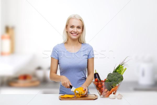 Gülen genç kadın sebze mutfak sağlıklı beslenme Stok fotoğraf © dolgachov