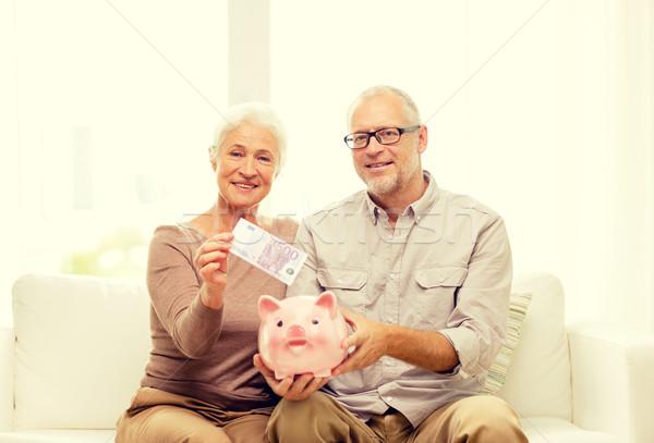 Couple de personnes âgées argent tirelire maison famille économies Photo stock © dolgachov