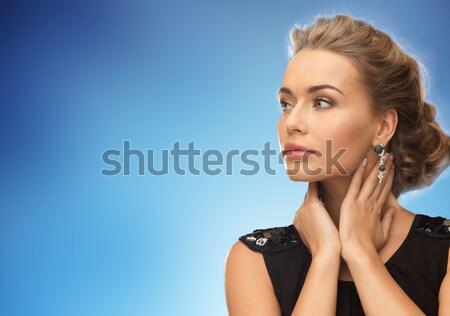 Bella donna indossare orecchini blu persone vacanze Foto d'archivio © dolgachov
