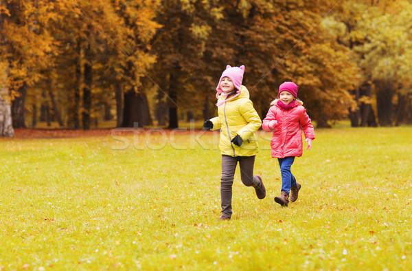 Csoport boldog kislányok fut kint ősz Stock fotó © dolgachov